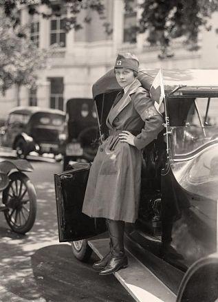 Femme 1914 croix rouge